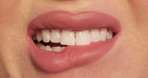 Donna che morde le sue labbra a causa dello sforzo stock footage