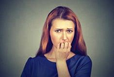Donna che morde le sue unghie che hanno bisogno qualcosa o ansioso nervosa Fotografia Stock Libera da Diritti