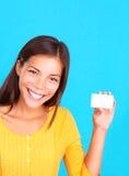 Donna che mostra biglietto da visita/segno Immagini Stock Libere da Diritti
