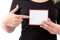 Donna che mostra carta in bianco o cartello in sue mani Immagini Stock Libere da Diritti