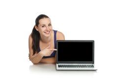 Donna che mostra computer portatile Fotografia Stock