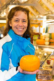 Donna che mostra formaggio rotondo Fotografia Stock