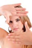 Donna che mostra gesto di mano d'inquadramento Fotografia Stock