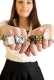 Donna che mostra i suoi anelli Fotografie Stock