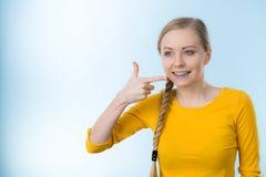 Donna che mostra i suoi denti con i ganci Fotografia Stock