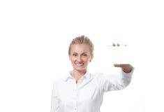 Donna che mostra il segno vuoto della carta di carta con lo spazio della copia per testo Fotografia Stock