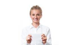 Donna che mostra il segno vuoto della carta di carta con lo spazio della copia per testo Fotografia Stock Libera da Diritti