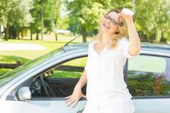 Donna che mostra le chiavi dell'automobile Fotografia Stock Libera da Diritti