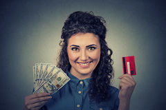 Donna che mostra le fatture delle banconote del dollaro della carta di credito e dei contanti Fotografia Stock Libera da Diritti