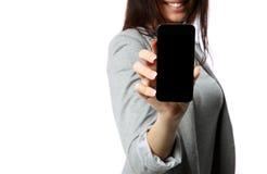 Donna che mostra lo schermo dello smartphone Immagine Stock Libera da Diritti
