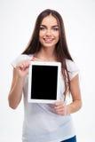 Donna che mostra lo schermo di computer in bianco della compressa Immagini Stock