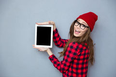 Donna che mostra lo schermo di computer in bianco della compressa Fotografia Stock