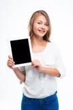 Donna che mostra lo schermo di computer del ridurre in pani Fotografia Stock Libera da Diritti