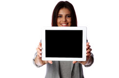 Donna che mostra lo schermo di computer della compressa Immagini Stock Libere da Diritti