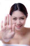 Donna che mostra mano in avanti Fotografia Stock