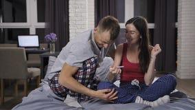 Donna che mostra a marito resto positivo di gravidanza stock footage