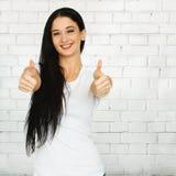 Donna che mostra pollice su Fotografia Stock