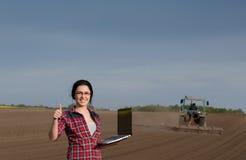 Donna che mostra pollice su nel campo Immagini Stock Libere da Diritti