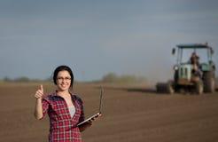 Donna che mostra pollice su nel campo Fotografia Stock Libera da Diritti