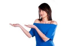 Donna che mostra qualcosa sulla palma della sua mano Immagine Stock Libera da Diritti