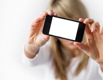 Donna che mostra telefono cellulare con esposizione vuota fotografie stock libere da diritti