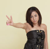Donna che mostra un sospiro di pace Fotografie Stock Libere da Diritti