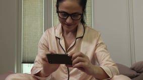 Donna che mostra video messaggio sullo smartphone video d archivio