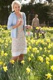 Donna che nasconde le uova di Pasqua Decorate Immagini Stock Libere da Diritti