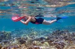 Donna che naviga usando una presa d'aria Fotografia Stock