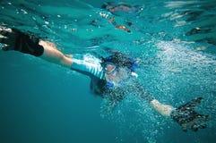 Donna che naviga usando una presa d'aria Immagine Stock