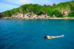 Donna che naviga usando una presa d'aria in acque pulite Fotografia Stock Libera da Diritti