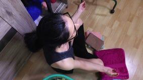 Donna che ordina nel gabinetto di vestiti archivi video