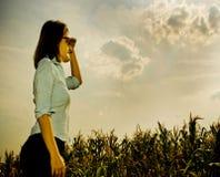 Donna che osserva al futuro Fotografia Stock Libera da Diritti