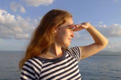 Donna che osserva alla distanza Immagini Stock