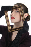 Donna che osserva attraverso la cornice Immagine Stock