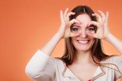 Donna che osserva con binoculare immaginario Immagini Stock Libere da Diritti