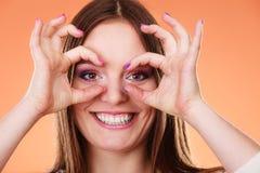 Donna che osserva con binoculare immaginario Fotografie Stock