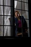 Donna che osserva fuori Fotografie Stock