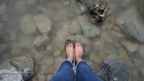 Donna che osserva giù i suoi piedi immagine stock