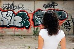 Donna che osserva i graffiti Fotografia Stock Libera da Diritti