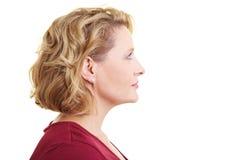 Donna che osserva rightward Immagini Stock