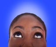 Donna che osserva in su Immagine Stock