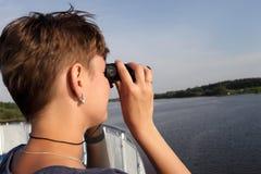 Donna che osserva tramite il binocolo Fotografia Stock Libera da Diritti