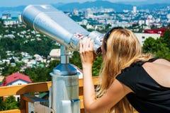 Donna che osserva tramite il binocolo la vista sul mare Fotografie Stock Libere da Diritti