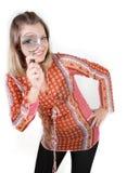 Donna che osserva tramite il magnifier sopra bianco fotografie stock