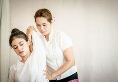 Donna che ottiene allungamento di massaggio del braccio nel massaggio tailandese Fotografia Stock Libera da Diritti