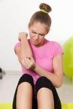 Donna che ottiene ferita durante l'allenamento Immagini Stock Libere da Diritti