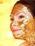 Donna che ottiene mascherina facciale. fotografie stock