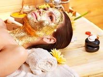 Donna che ottiene mascherina facciale. Immagine Stock Libera da Diritti