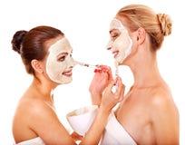 Donna che ottiene mascherina facciale. Fotografia Stock Libera da Diritti